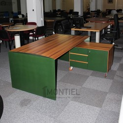 Despacho de Dirección. Mesa y mueble auxiliar con ruedas
