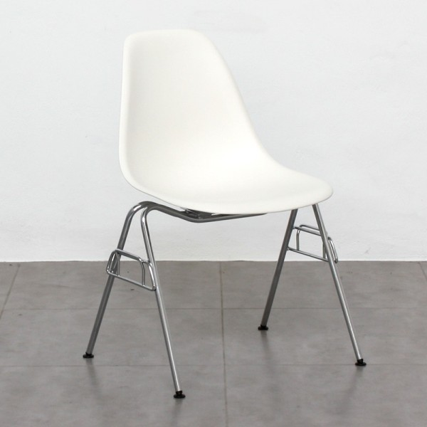Eames Plastic Side Chair DSS de Vitra