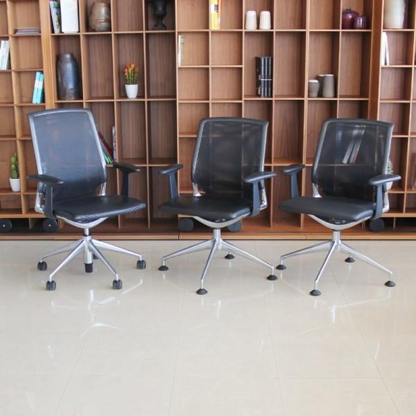 Pack de 3 sillas MEDA de VITRA Tapizadas con Piel con Brazos fijos