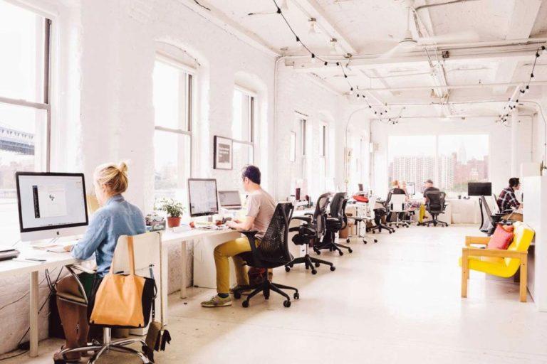 Silla ergonómica en oficina