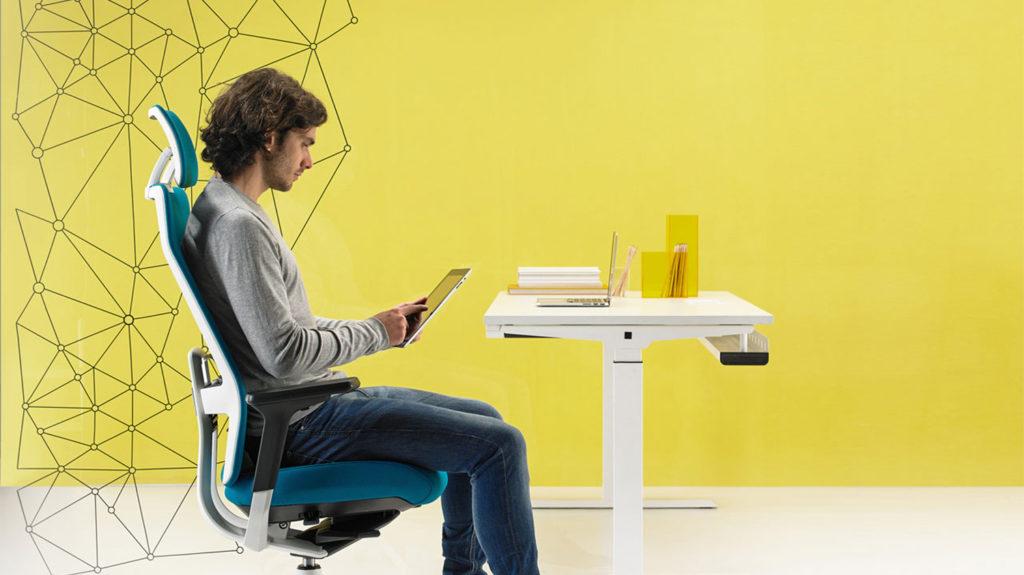 3 formas de sentarse correctamente en la oficina