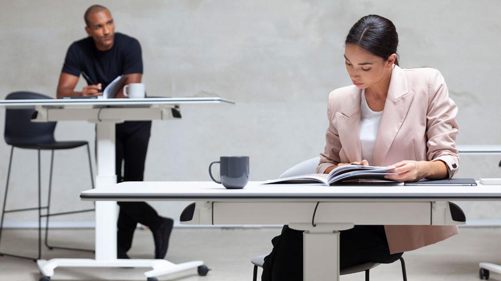las mesas elevables de oficina son las más ergonómicas
