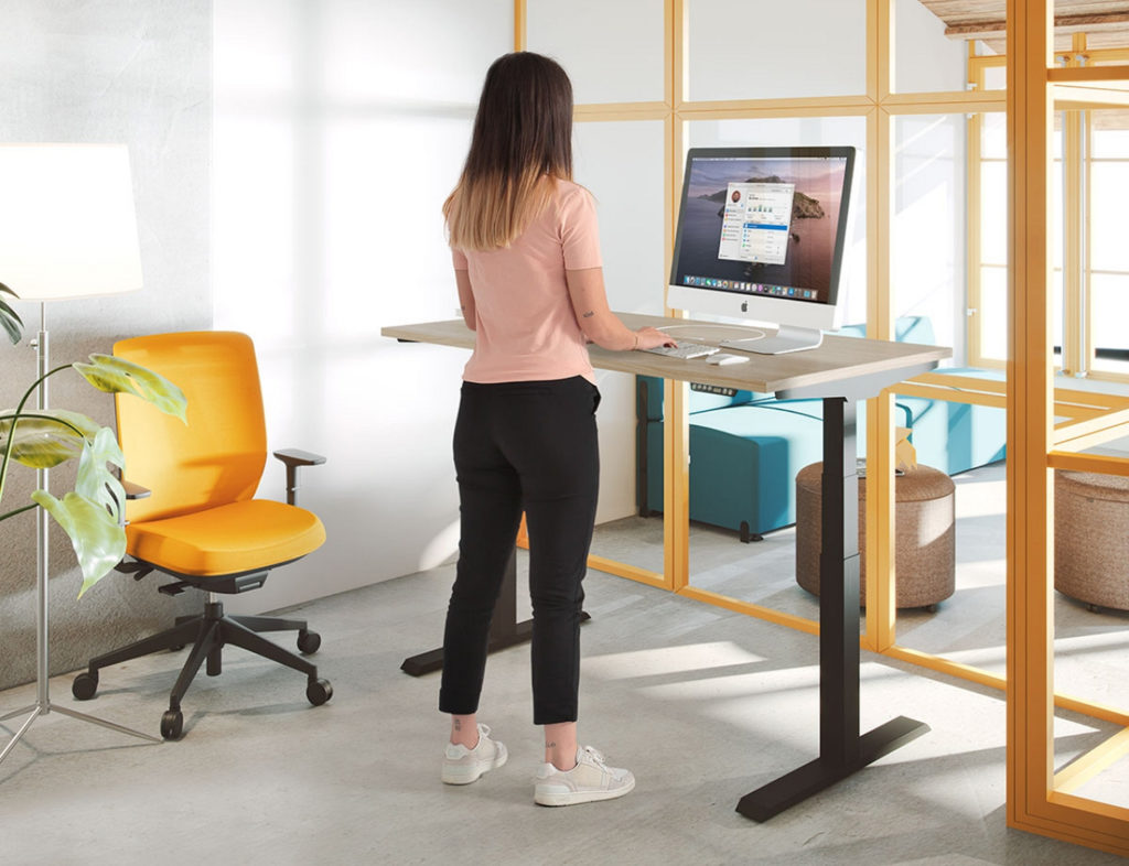 trabaja cómodamente con las mesas elevables de oficina